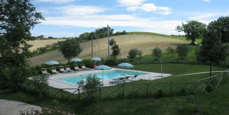 Casale/B&B ristrutturato con 8 camere e piscina