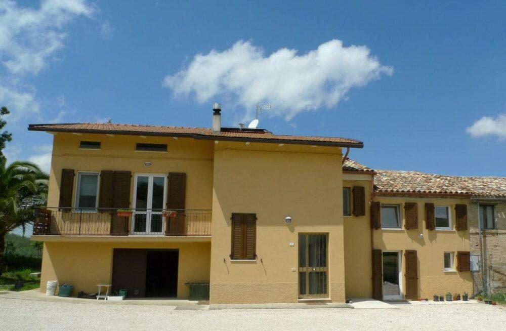 Casale ristrutturato con giardino a Montecassiano