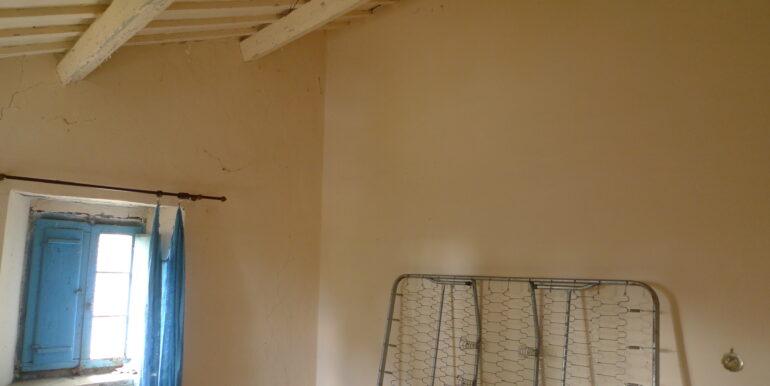 Casale da ristrutturare con accessori e terreno