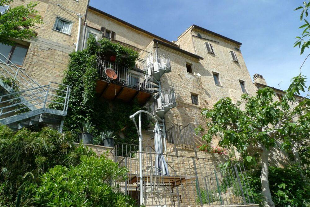 Palazzo in centro storico con giardino e terrazzo vicino Petritoli