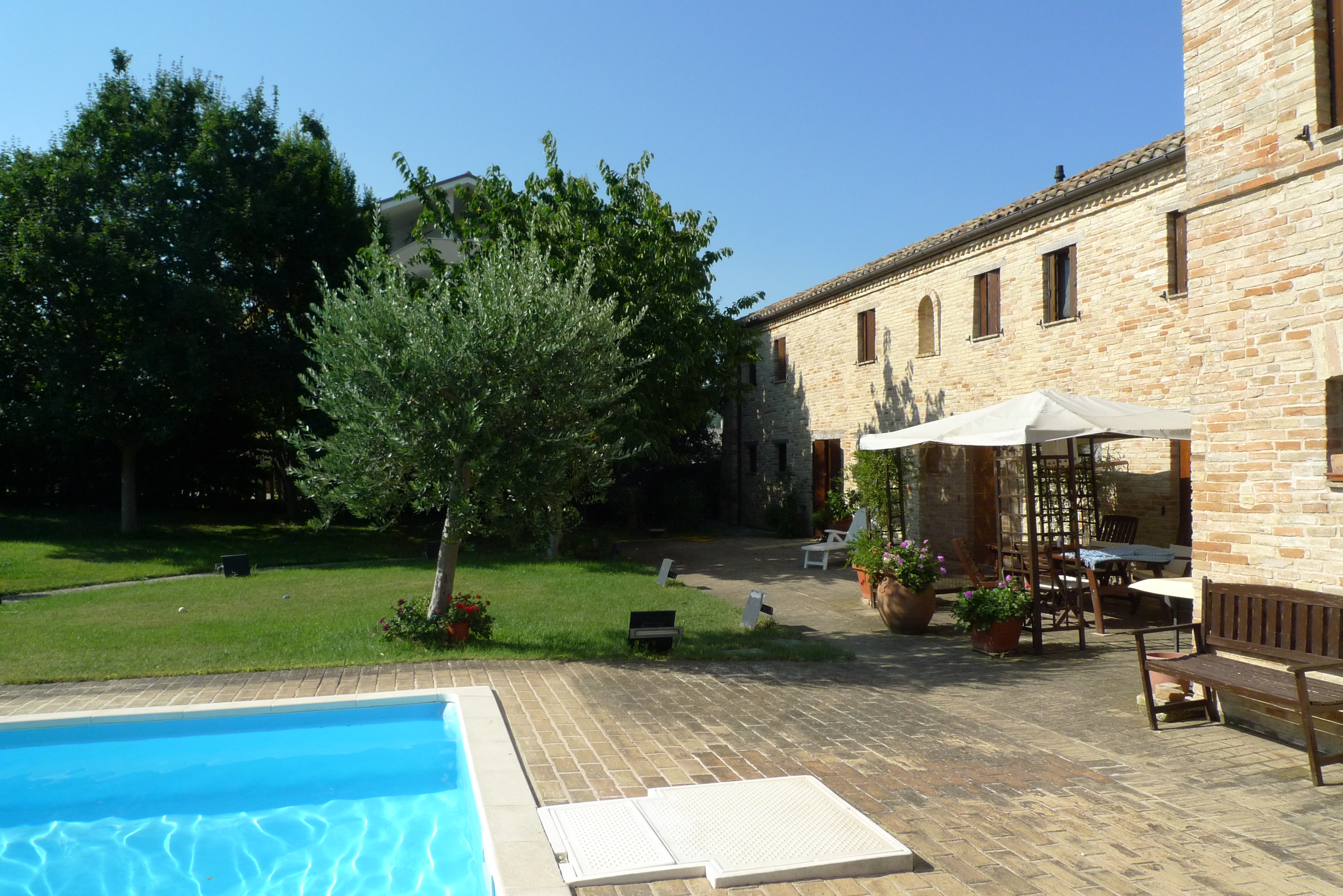 Apartment with private entrance, swimming pool and shared garden, just 8 km from the coast