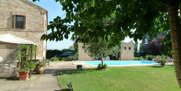 Appartamento al piano terra con piscina e giardino in condivisione, a soli 8 km dal mare
