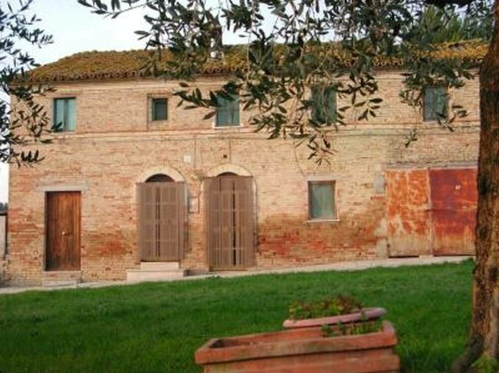 Habitable farmhouse with annexes and 6 ha of land near Macerata