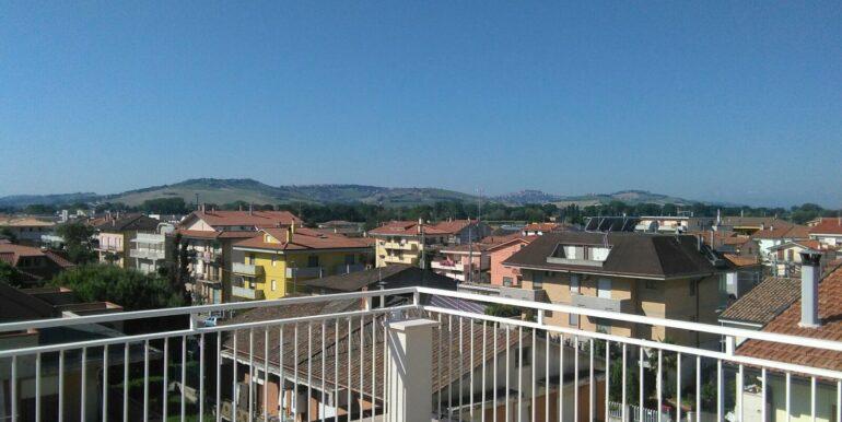 Appartamento su due livelli con splendida terrazza vista mare, 3 /4 camere, a soli 150 mt dal mare! colline