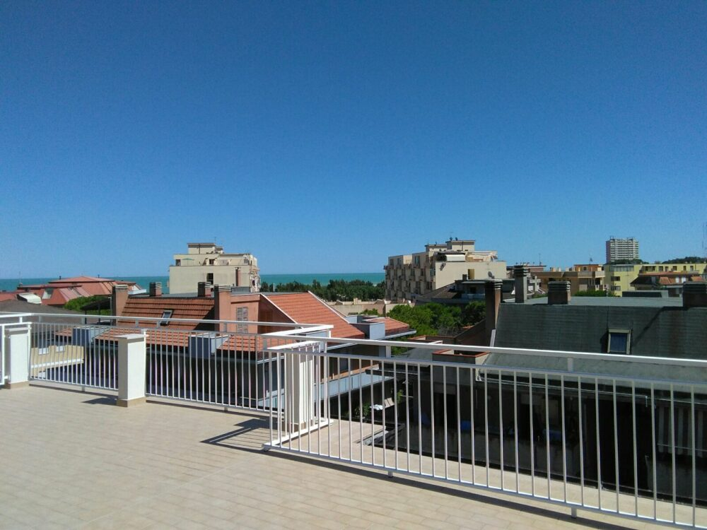 Apartment on two levels with sea view terrace, 3/4 bedrooms, only 150 meters from the sea!