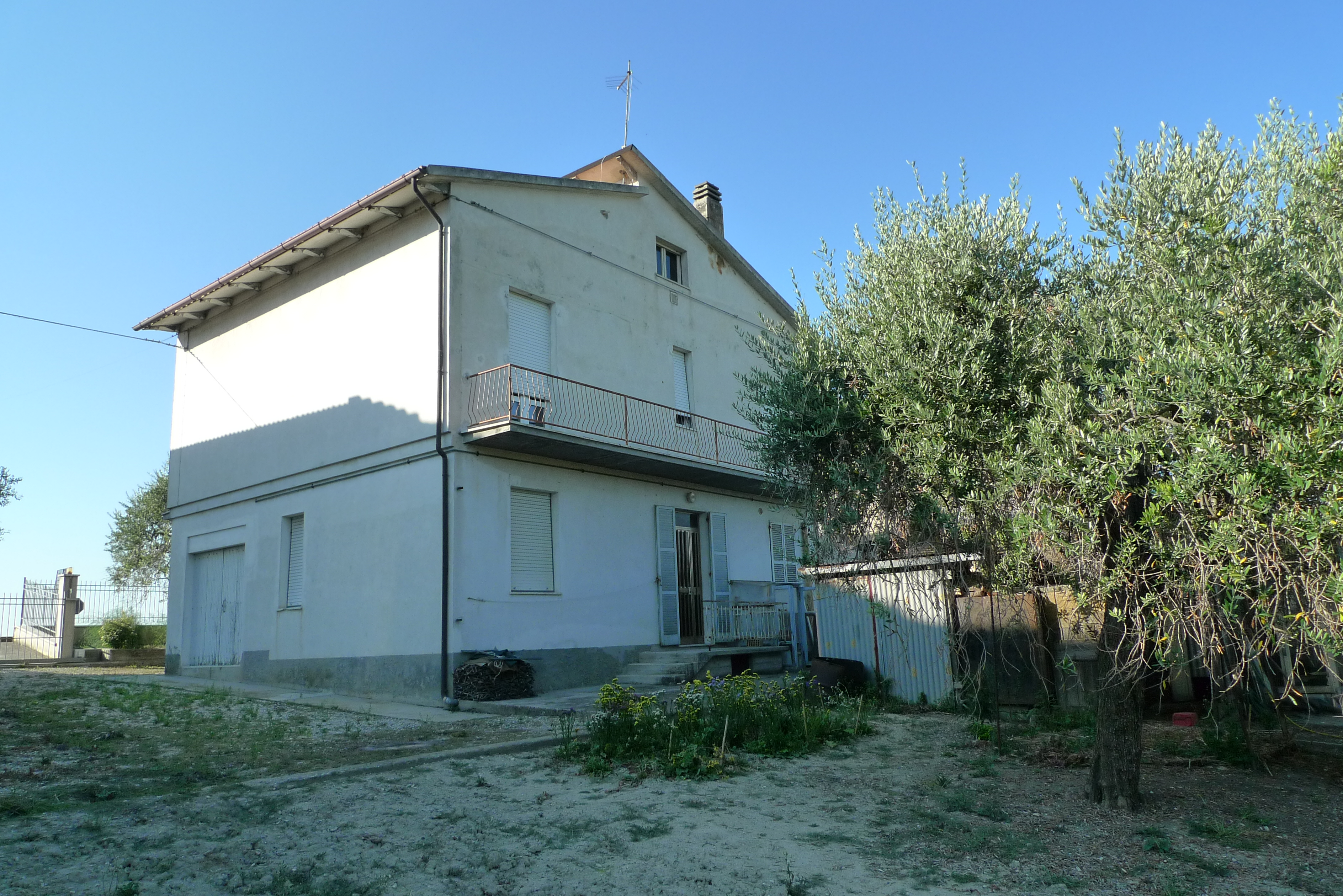 Detached house with 2 apartments and land near Lapedona and 5 minutes from the sea.