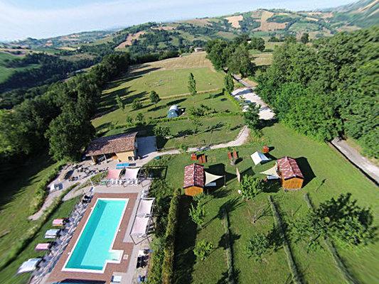 Agriturismo con campeggio in vendita nelle Marche con 6 ettari di terreno