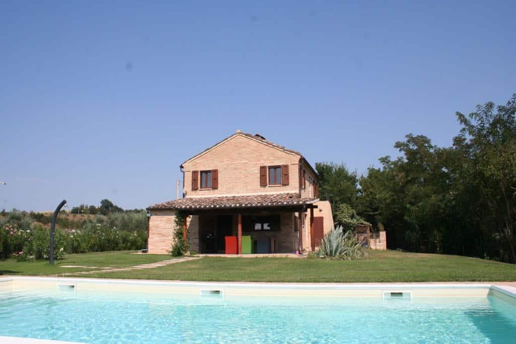 Casa di campagna con piscina vigna e piante di ulivo lungacasa