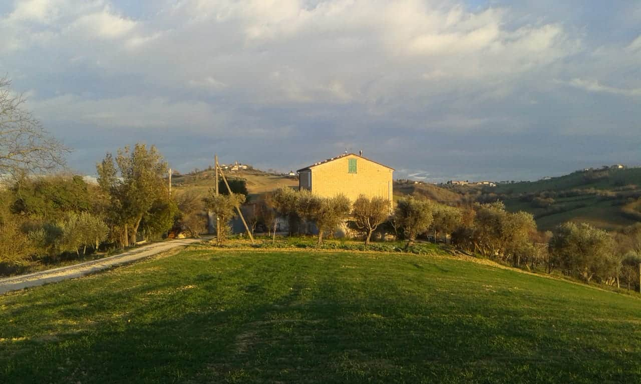 Casale abitabile, bella vista montagne e colline, annessi e terra.
