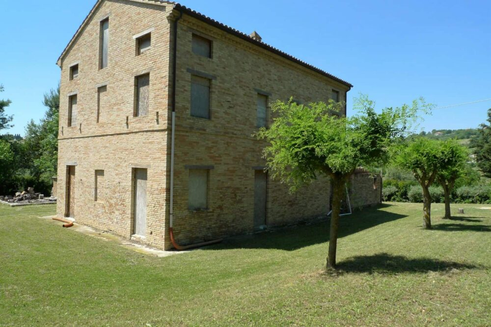 Partially restored country house just 10 km from the coast
