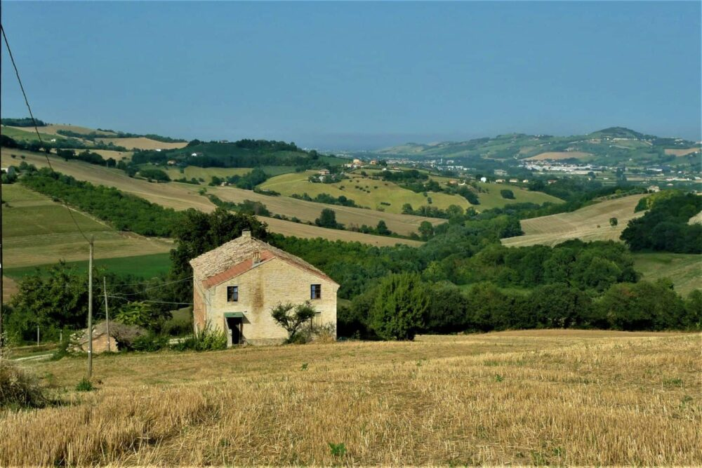 Large farmhouse with sea view, close to amenities, in Rapagnano