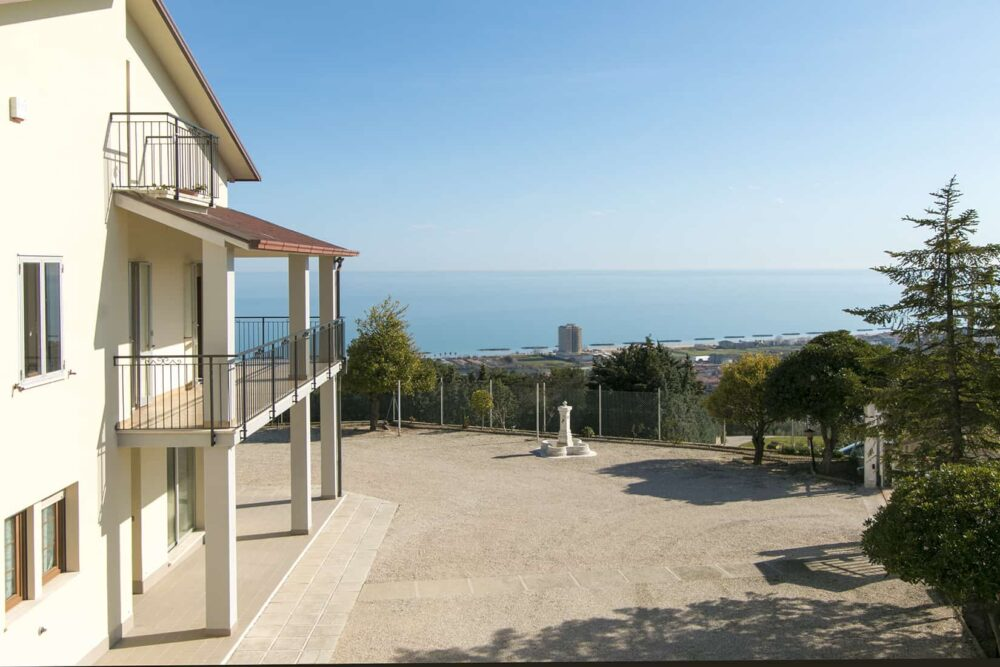 Villa with exceptionl sea view, land and olive grove