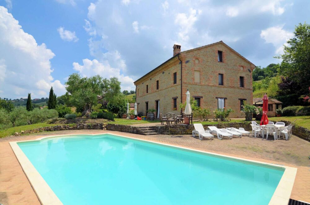 Restored farmhouse in Colmurano with pool