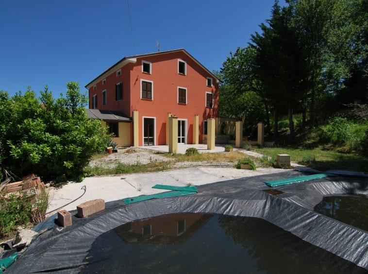Casale con 10 camere e piscina, vista monti Sibillini