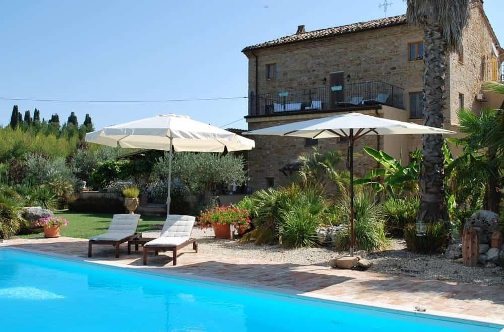 Splendido Casale con  piscina riscaldata, terreno con vigna e ulivi e vista monti.