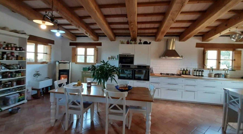 Interni-antico-casale-in-vendita-nelle-Marche-11-1740x960-c-center