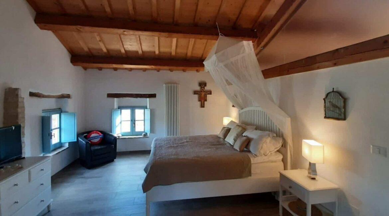 Interni-antico-casale-in-vendita-nelle-Marche-3-1740x960-c-center