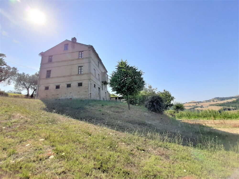 Property of 1100 sqm in Petritoli with farmhouse, annexes,and land